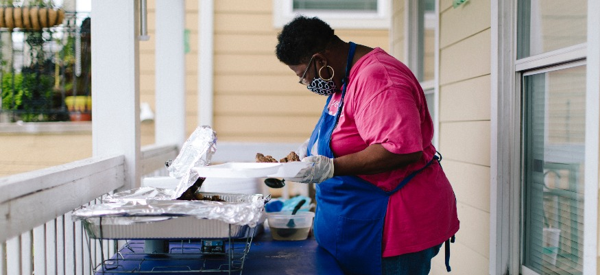 Dorthea Brimmer feeds homeless on her porch during ...